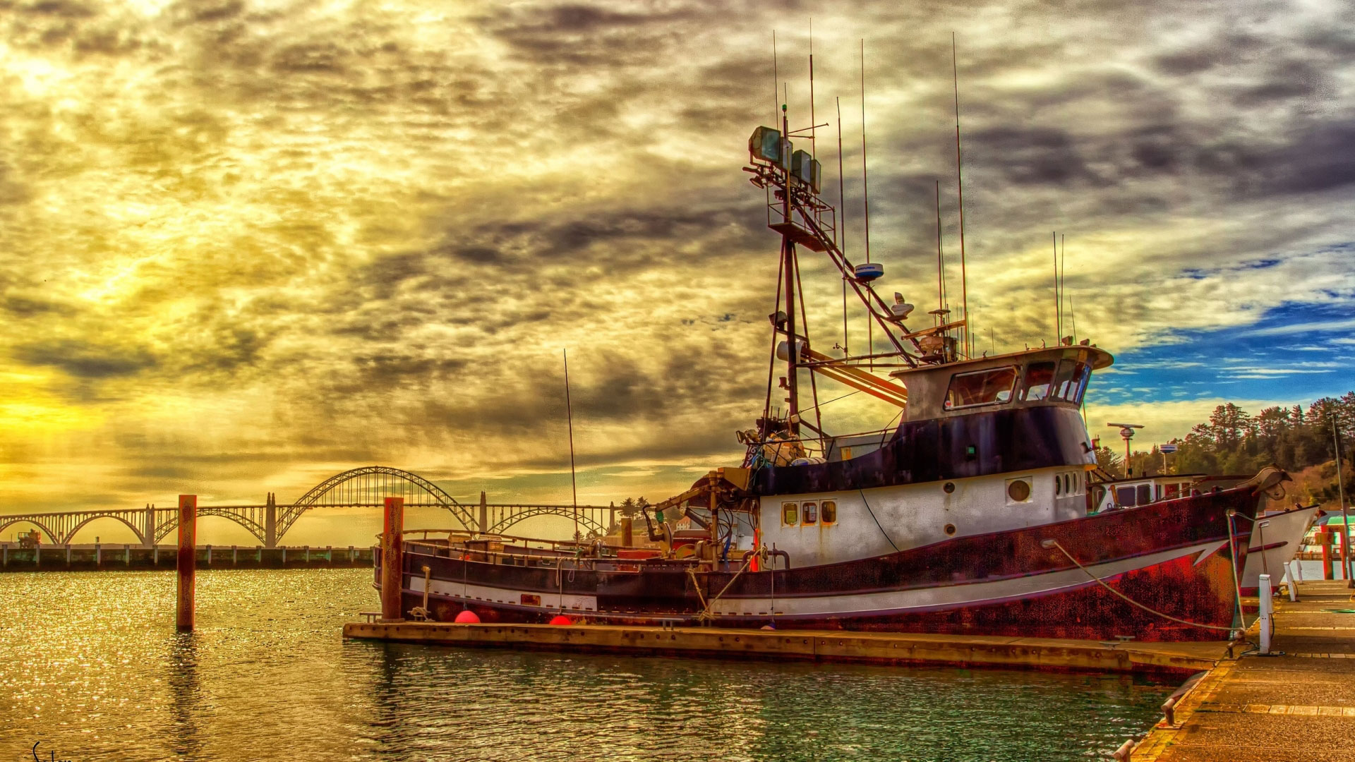 fishing-boat-docked-under-beautiful-sky-hdr-329598_chSM